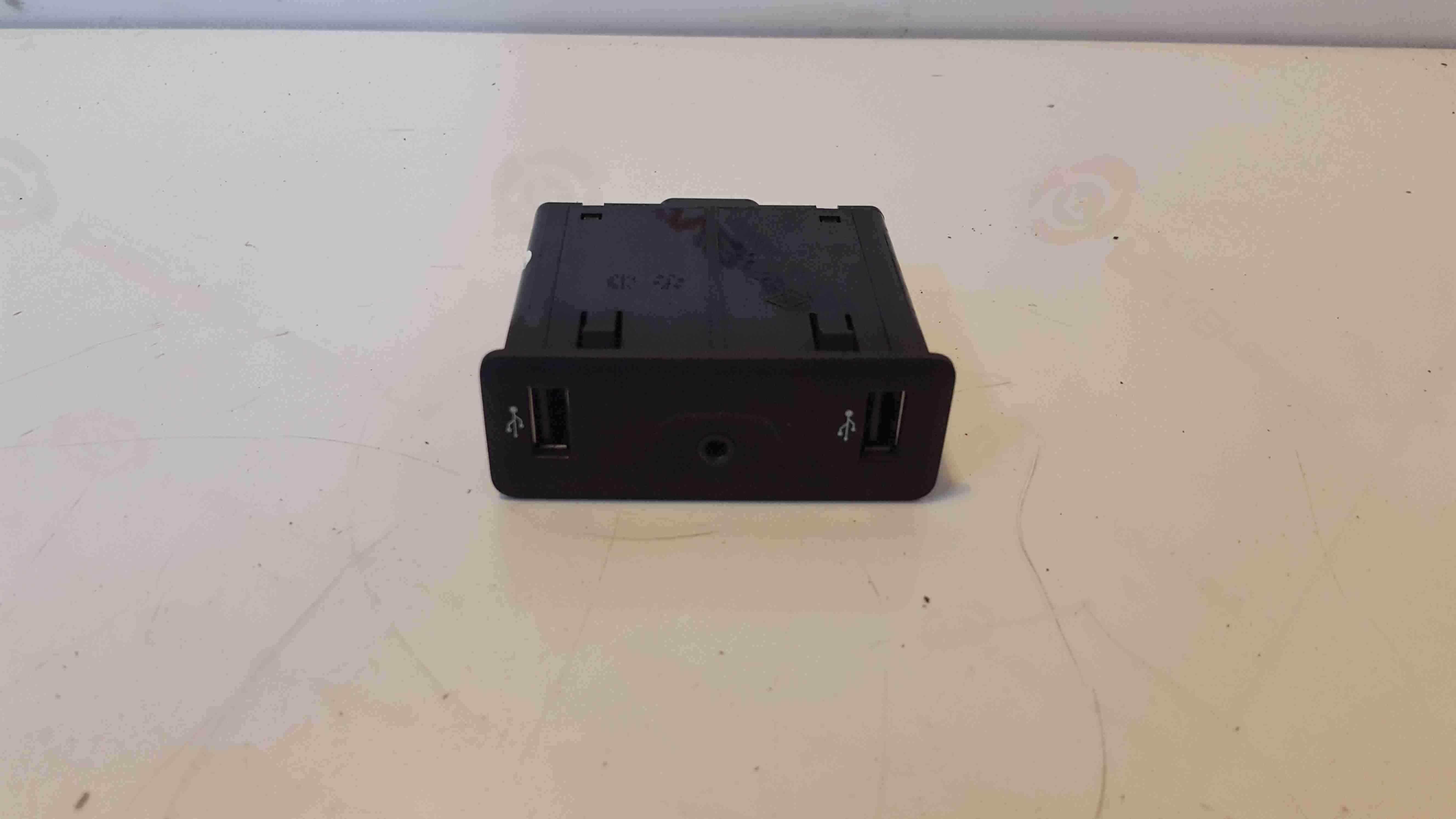 Renault Kadjar 2015-2018 Twin USB Port Aux Socket Console Trim 280236599R