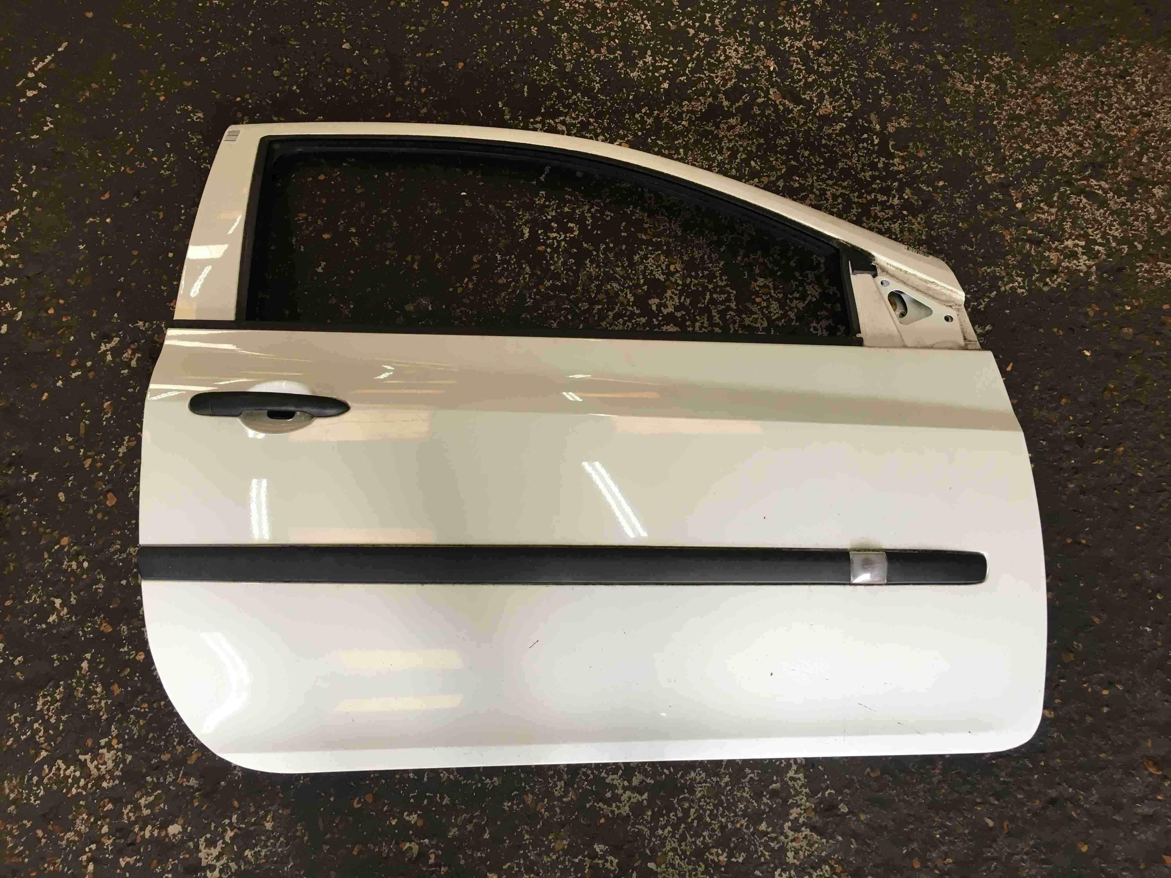 Renault Clio MK3 2005-2012 Drivers OSF Front Door White OV369 3dr